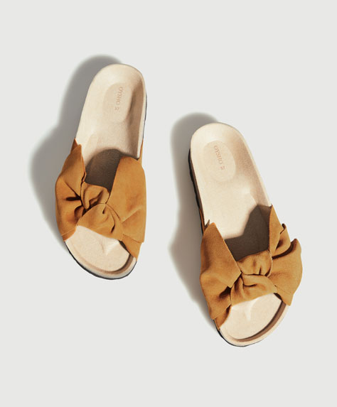 Split suede slides with bow