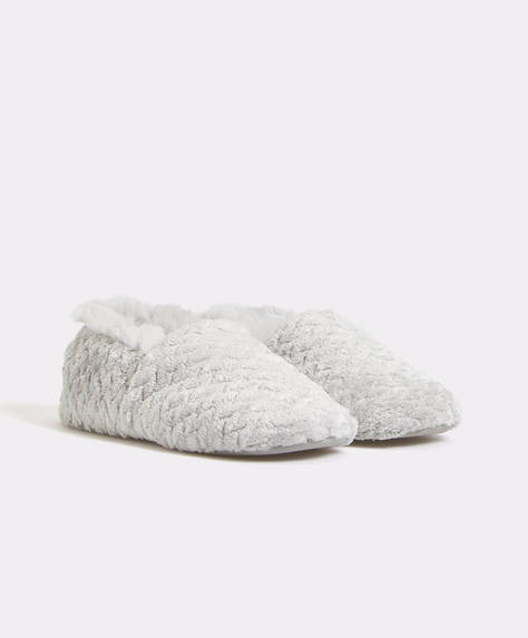 Fuzzy closed slippers