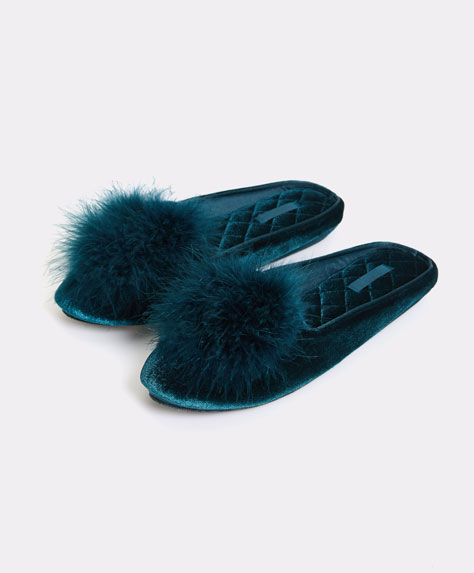 Slippers with fluffy pompom