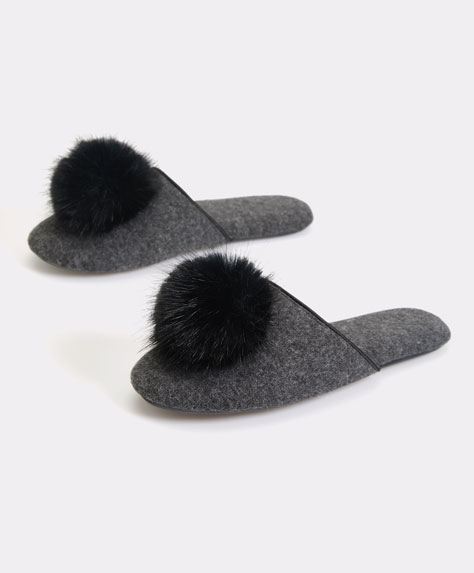 Slipper con pompon in falso pelo