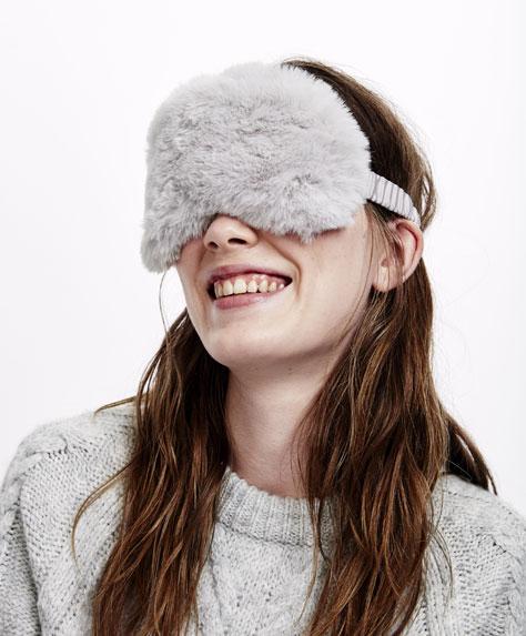 Gri suni kürklü uyku maskesi