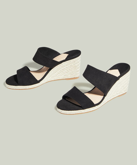 Schuh mit Keilabsatz und doppeltem, asymmetrischem Riemen