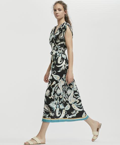 Длинное платье с запахом и платочным принтом