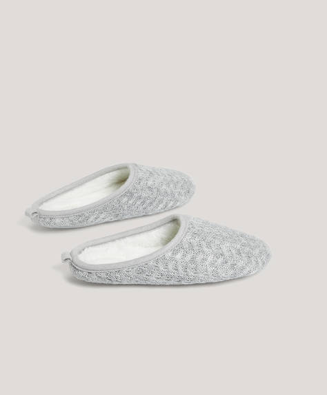 Basic slippers in soft grey fabric with white furry inner. Sole height: 1cm