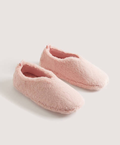 Faux fur closed slippers
