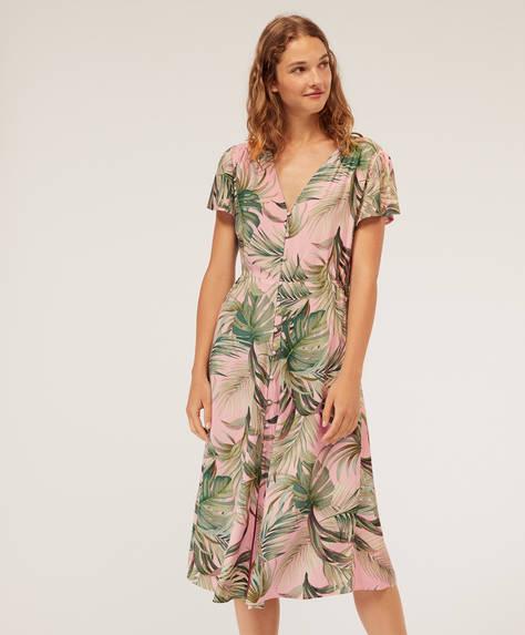 Camisa de noite com estampado tropical sobre fundo rosa