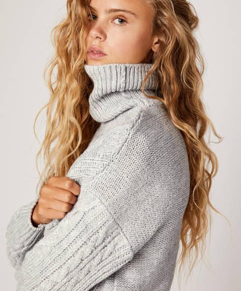 Pullover mit hohem Kragen und Zopfmuster.