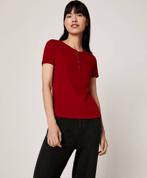 Red short-sleeved T-shirt