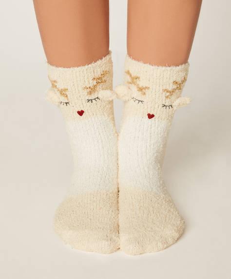 Reno de madera con par de calcetines