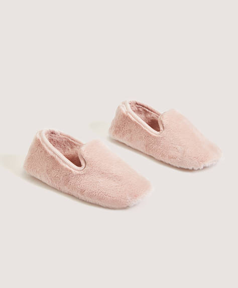 Closed furry pompadour slipper