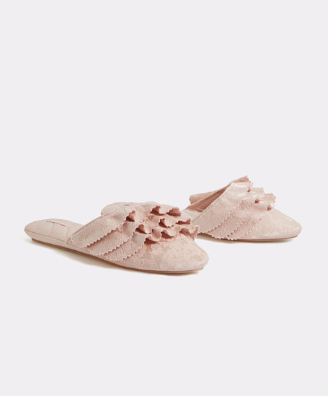 Slippers with ruffles