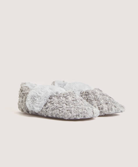 Furry slippers with stretch strap