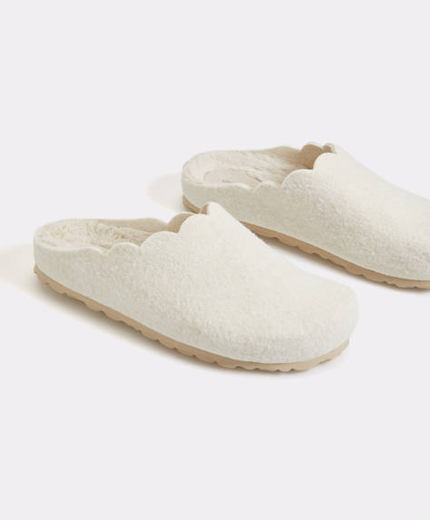 Basic slippers with furry inner