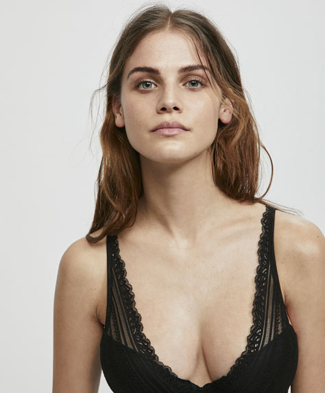 Push-up bra with geometric lace underband