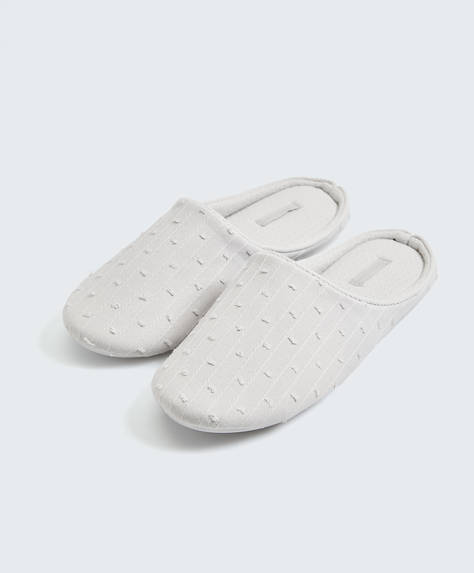 Basic embroidered slippers