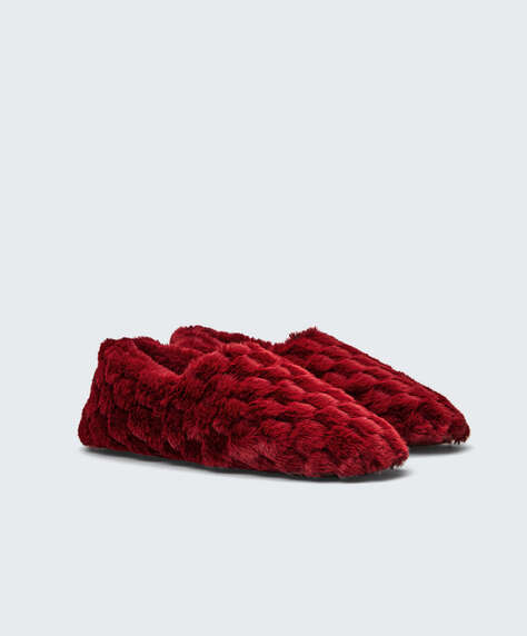 Structured closed slippers