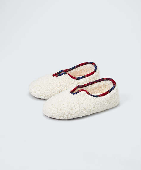 Closed slippers with trim