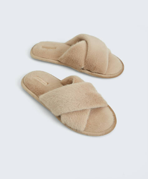 Faux fur slippers with crossover upper. Sole height: 1cm