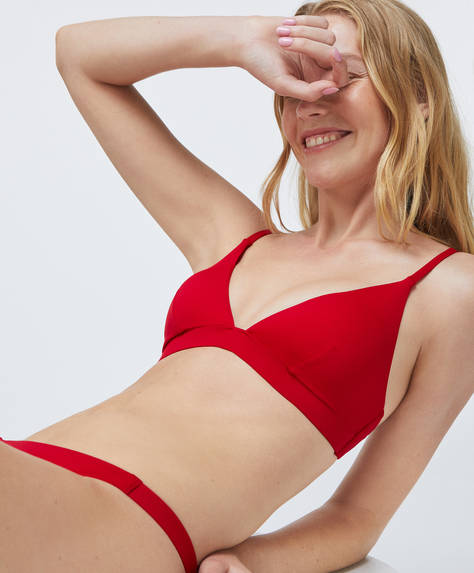 Non-wired triangle bikini top with removable cups. Adjustable back fastening and adjustable straps. Recycled polyamide fabric.