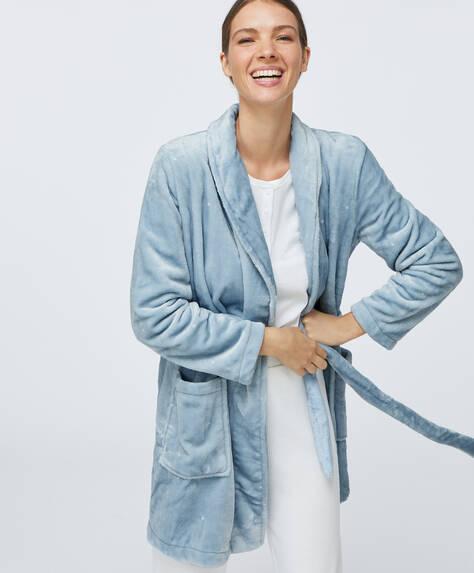 Голубой халат из мягкой ткани в горошек