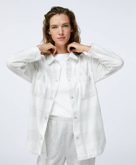 Long fleece shirt with long sleeves and button fastening. Two pockets at the top of the front.