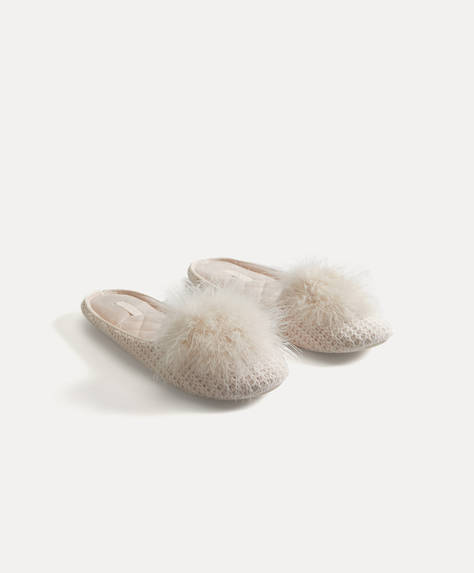 Slippers with marabou pompom