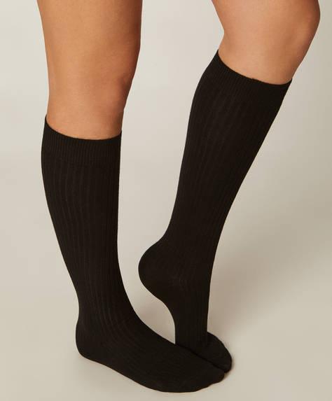 Bir çift pamuklu uzun çorap