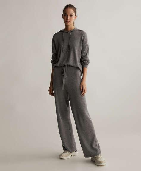 Pantalons rectes punt fi de canalé amb cintura elàstica i cordons. Sense butxaques.