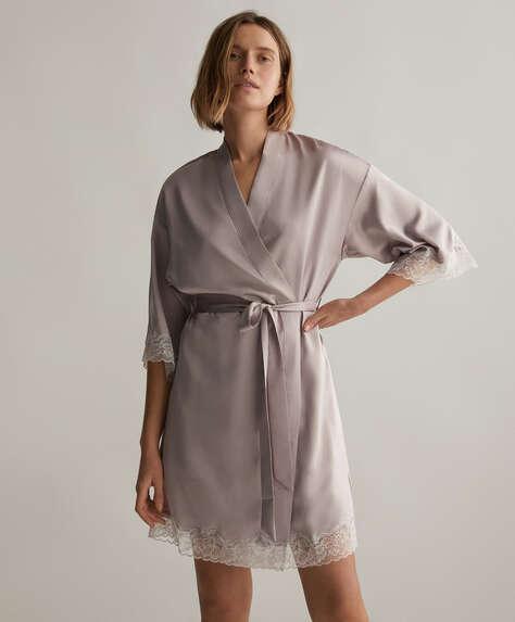 Kimono i satin med blonde