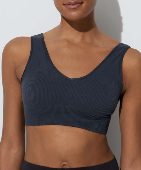 Medium-support sports bra with strategic support for moderate-impact sports. V-neck and back. Removable padding.