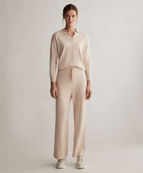 Elastik belli ve bağcıklı, düz kesim, fitilli triko pantolon. Cepsiz.