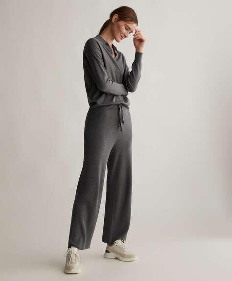 Pantaloni dritti in maglia sottile a costine con vita elasticizzata e coulisse. Senza tasche.